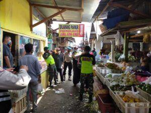 Guna mencegah penyebaran Covid-19, petugas blusukan ke pasar tradisional. (Foto:Dok/Tugu Jatim)