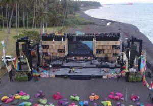 Konser musik dengan suguhan pemandangan pantai. (Foto: instagram.com/merahputihproductions)