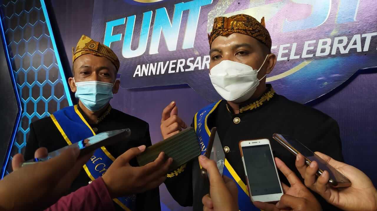 Imopreneur Belly Kurniawan dan Laili Demiati saat diwawancarai awak media. (Foto: Azmy/Tugu Jatim)