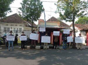Para jurnalis ingin kasus kekerasan segera diusut.(Foto: Noe/Tugu Jatim)