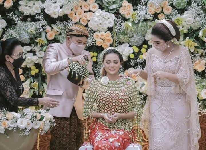 Anang Hermansyah dan Ashanty saat melakukan prosesi siraman kepada Aurel Hermansyah jelang pernikahan pada Jumat (19/03/2021). (Foto: IG Aurel Hermansyah/Tugu Jatim)