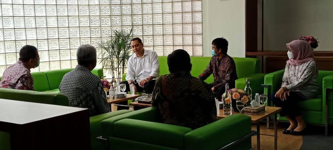 Wali Kota Surabaya Eri Cahyadi bersama Direktur Utama PDAM Dodik Sudarjono dan jajarannya Kamis (25/03/2021). (Foto: Rangga Aji/Tugu Jatim)