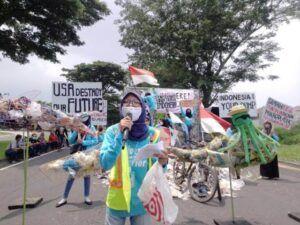 Aksi River Warrior Indonesia soal sampah plastik dari Amerika Serikat. (Foto: Rangga Aji/Tugu Jatim)