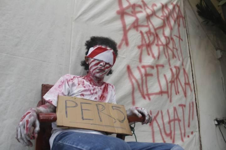 Teatrikal yang dilakukan koalisi Masyarakat Bebas Bicara (Mascara) di Kediri untuk jurnalis Tempo Nurhadi. (Foto:Noe/Tugu Jatim)