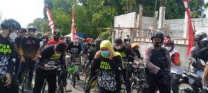 Meski di tengah masyarakat Tuban, Khofifah tetap melaksanakan protokol kesehatan. (Foto: Rochim/Tugu Jatim)