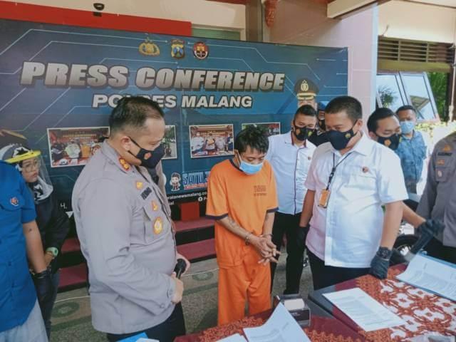 Kapolres Malang Hendri Umar saat konferensi pers kasus anak bunuh ayah kandung di Dampit, Kabupaten Malang. (Foto: Rap/Tugu Jatim)