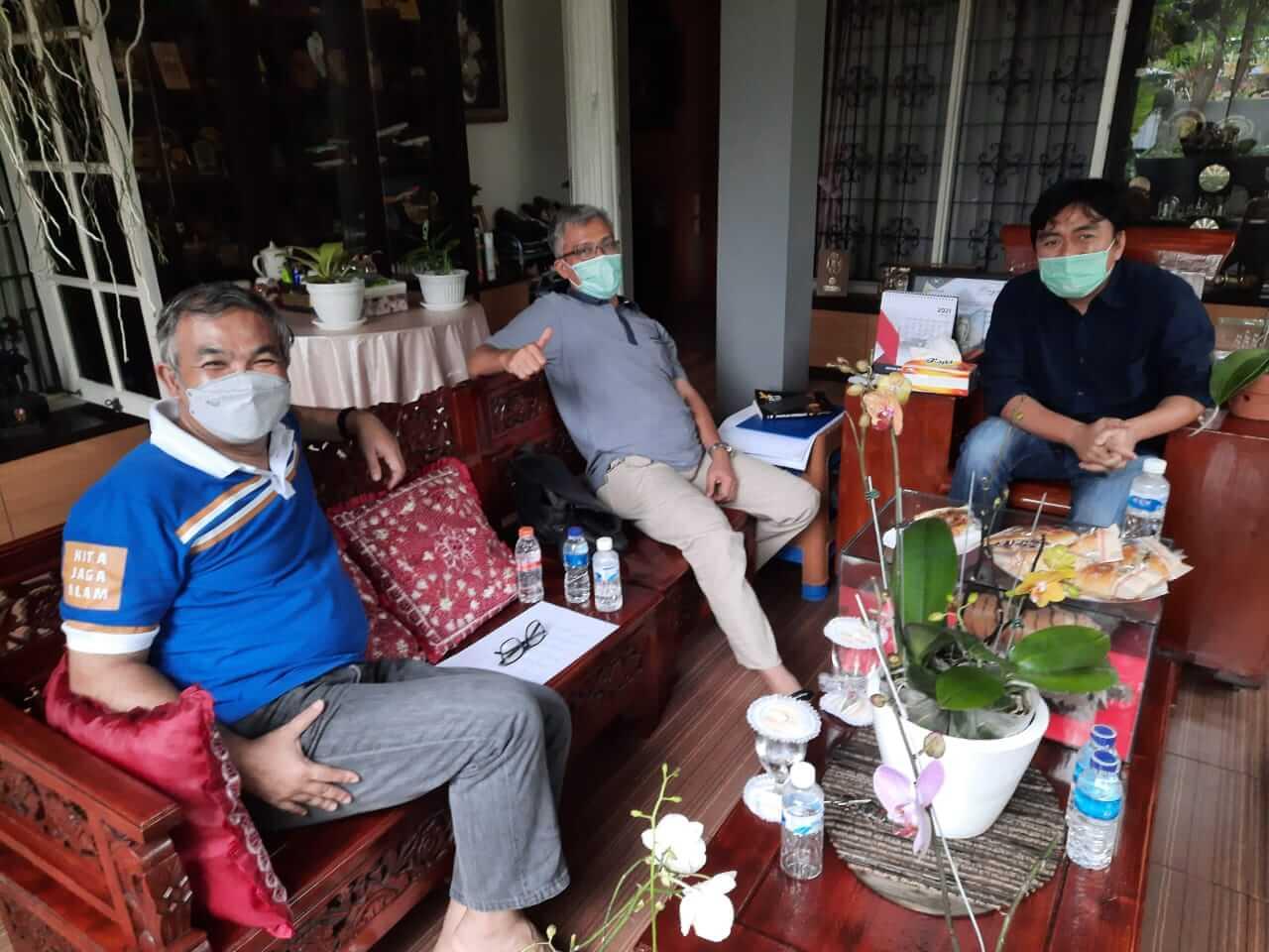 Chief Executive Officer (CEO) PT Paragon Technology and Innovation (PTI) Salman Subakat (kanan), wartawan senior Nurcholis MA Basyari (tengah), dan Pakar Komunikasi dan Motivator Nasional Dr Aqua Dwipayana saat silaturahim di Kompleks Perumahan Cimanggu Permai, Bogor, Jawa Barat. (Foto:Dok/Tugu Jatim)