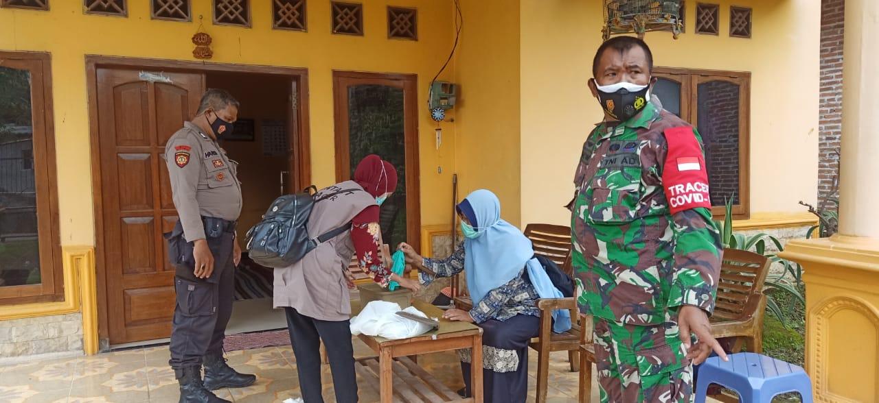 Babinsa dan Dinas Kesehatan Pandaan, Pasuruan, bekerja sama untuk men-tracing warga terkonfirmasi Covid-19. (Foto: Dok/Tugu Jatim)