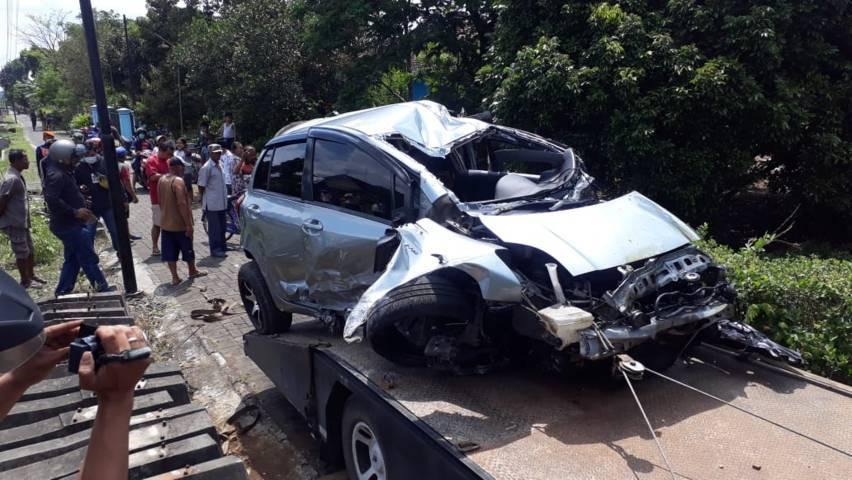 Mobil Toyota Yaris ini tampak ringsek setelah disambar kereta api Senin (29/03/2021). (Foto:Rap/Tugu Jatim)
