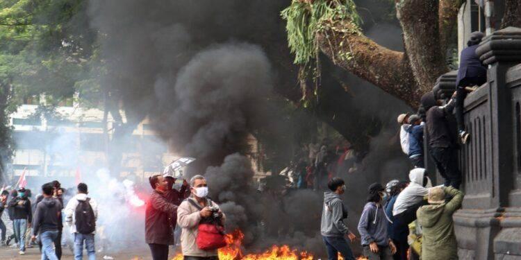 Ilustrasi unjuk rasa menolak Omnibus Law UU Cipta Kerja di Kota Malang yang berakhir ricuh. (Foto: Ben/Tugu Jatim)