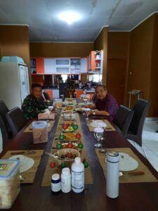 Dr Aqua Dwipayana dan Kolonel Inf Endar Setyanto tengah makan bersama. (Foto: Dok/Tugu Jatim)