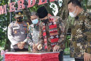 Bupati Trenggalek Mochamad Nur Arifin menandatangani prasasti peresmian Taman Merdeka Belajar. (Foto: Zamzuri/Tugu Jatim)