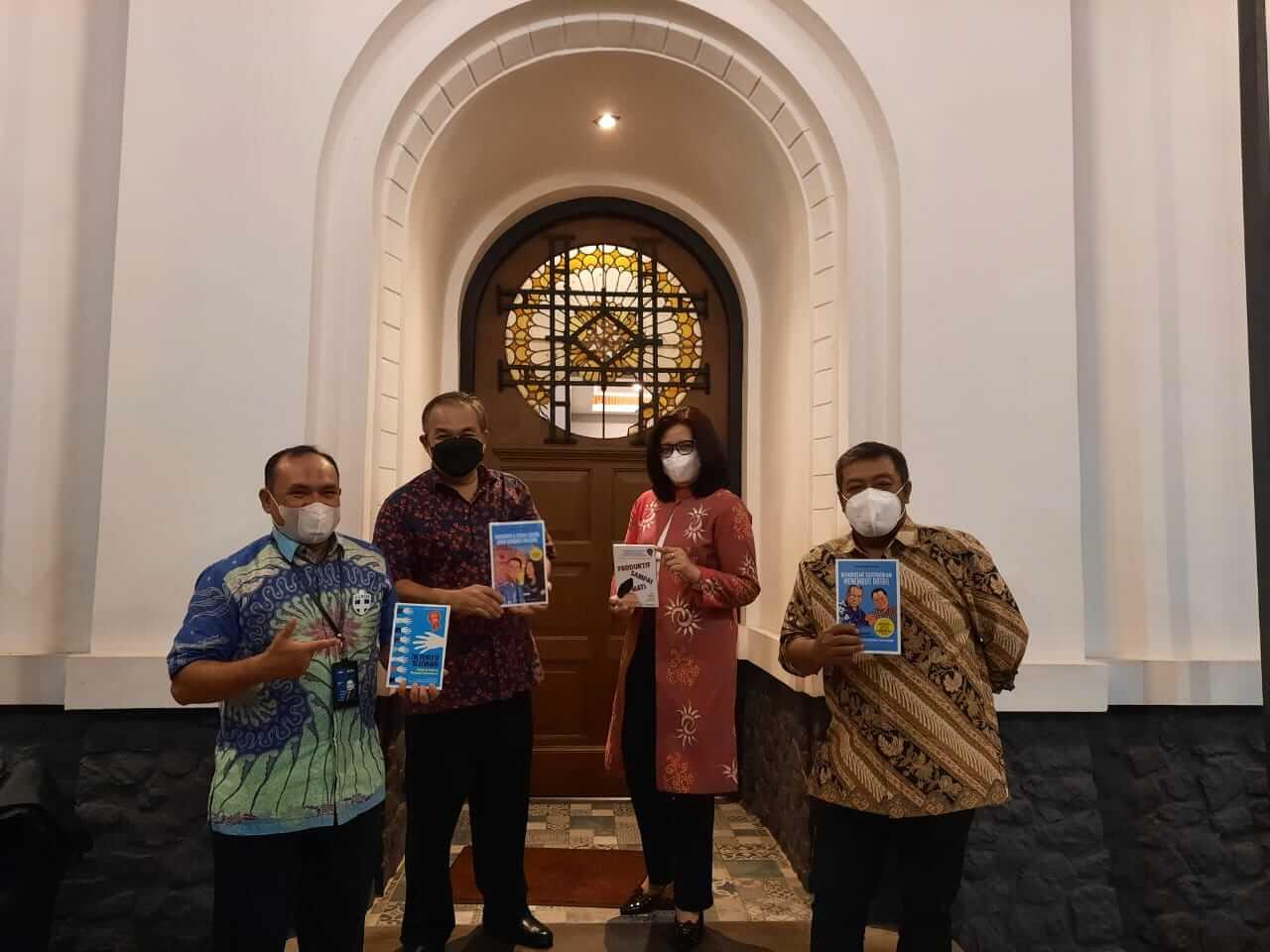 Foto dari kiri ke kanan: Pgs Wapinwil BNI Bandung Fahrulrazi, Pakar Komunikasi dan Motivator Nasional Dr Aqua Dwipayana, Pemimpin Jaringan dan Layanan BNI Wilayah Bandung Bety Ismawati K, dan Pemimpin BNI Wilayah Bandung Edy Awaludin. (Foto: Dok/Tugu Jatim)