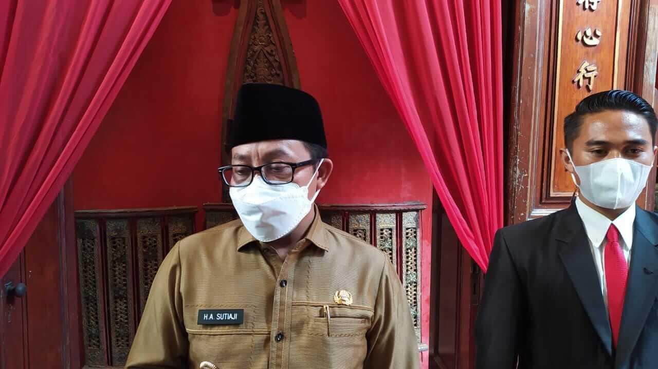 Wali Kota Malang Sutiaji saat diwawancarai soal calon kandidat sekda. (Foto:Azmy/Tugu Jatim)