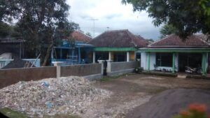 Sampah tampak menggunung di pemukiman rumah warga. (Foto: Ecoton dan Envigreen/Tugu Jatim)