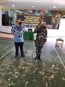 Dr Aqua memanggil Sersan Mayor Satu Taruna Reizalka Dwika Monardo yang akrab dipanggi Alka ke depan. (Foto: Dok/Tugu Jatim)