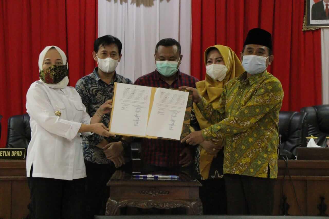 Bupati Bojonegoro Anna Muawanah (kiri) bersama anggota DPRD Bojonegoro dalam pengesahan Rancangan Peraturan Daerah Rencana Tata Ruang Wilayah (RTRW) 2021-2041, Jumat (19/03/2021). (Foto: Humas Pemkab Bojonegoro/Tugu Jatim)