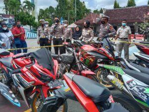Sebanyak 42 kendaraan yang diamankan petugas. (Foto: Noe/Tugu Jatim)