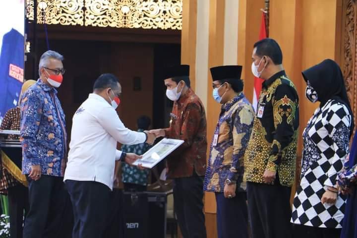 Wakil Bupati Trenggalek Syah M. Natanegara menerima penghargaan dari Badan Perlindungan Pekerja Migran Pekerja Migran Indonesia (BP2MI). (Foto: Dokpim Kabupaten Trenggalek/Tugu Jatim)