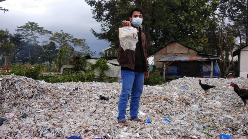 Sampah plastik yang menggunung di kawasan Desa Sumberrejo, Kecamatan Pagak, Kabupaten Malang, pada kawasan pabrik kertas PT Ekamas Fortuna, Sabtu (27/03/2021). (Foto: Ecoton dan Envigreen/Tugu Jatim)