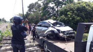 Warga melihat proses evakuasi bangkai mobil yang ringsek. (Foto:Rap/Tugu Jatim)