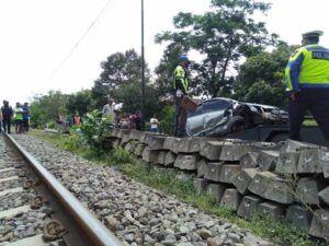 Polisi mengevakuasi mobil yang mengalami kecelakaan di perlintasan kereta api. (Foto: Rap/Tugu Jatim)