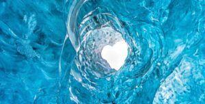 Gletser yang membentuk hati. (Foto: nationalgeographic.com/Tugu Jatim)