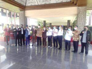Wali Kota Surabaya Eri Cahyadi ber-swafoto bersama Rektor Untag Surabaya Dr Mulyanto Nugroho MM CMA CPA dan jajarannya pada Sabtu (27/03/2021). (Foto: Rangga Aji/Tugu Jatim)
