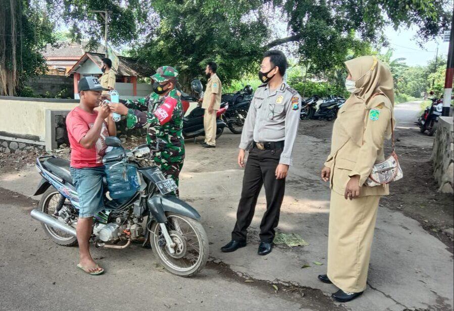 Warga Nguling Pasuruan terus diimbau untuk mematuhi prokes. (Foto:Dok/Tugu Jatim)