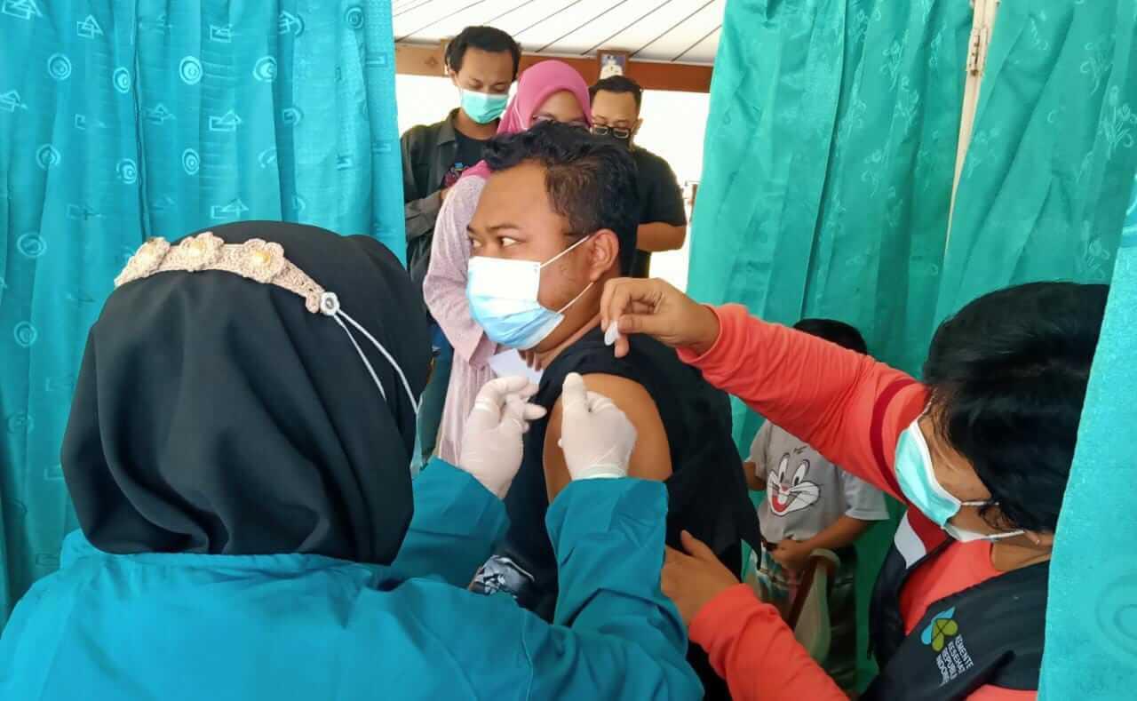 Pelaksanaan vaksinasi kepada para jurnalis di Bojonegoro, Rabu siang (17/03/2021). (Foto: Mila Arinda/Tugu Jatim)