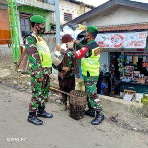 Selain operasi masker, Babinsa Pasuruan menindak pelanggar prokes. (Foto:Dok/Tugu Jatim)