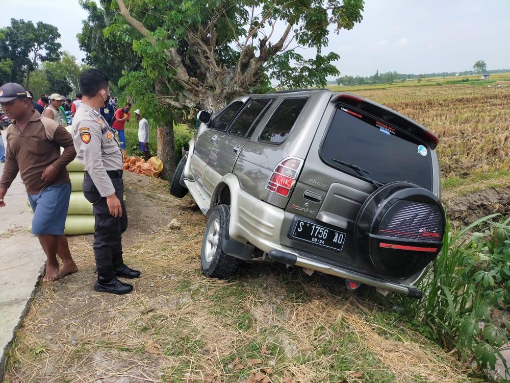 Mobil korban kecelakaan di Jalan Raya Pohwates–Kedungadem, Bojonegoro, Senin (01/03/2021), sekitar pukul 12.40 WIB. (Foto: Kapolsek Sumberrejo Bojonegoro/Tugu Jatim)