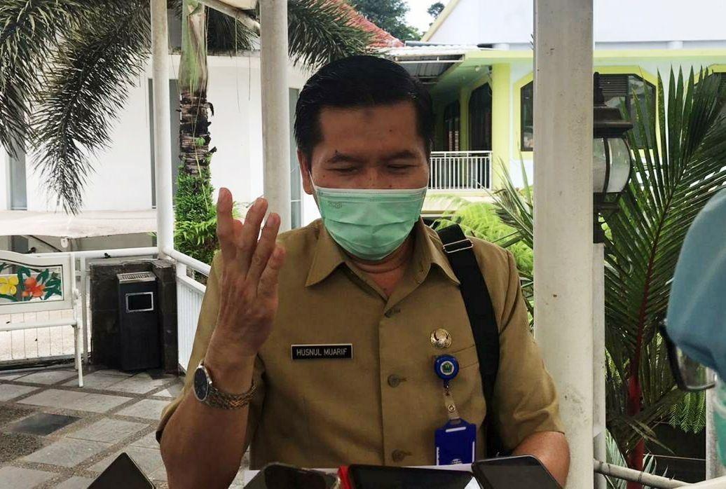 Kepala Dinas Kesehatan Kota Malang Husnul Muarif menjelaskan soal 170 orang terpapar virus Covid-19 di Panti Bhakti Luhur Malang. (Foto: Azmy/Tugu Jatim)