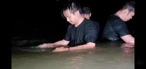 Gus Idris saat menyembuhkan diri di sungai bersama muridnya.(Foto: Gus Idris Official/Tugu Jatim)