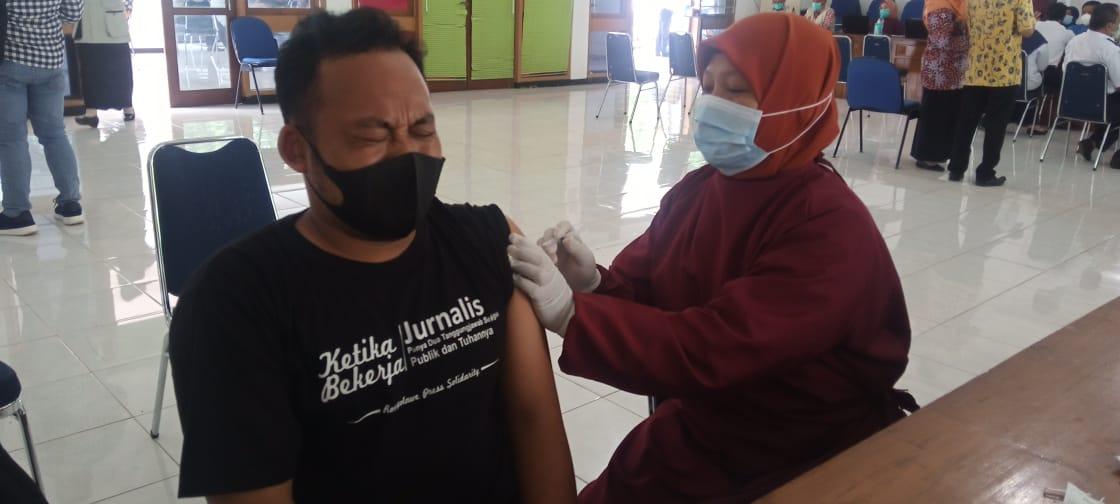 Salah satu jurnalis saat vaksinasi sinovac di Gedung Korpri Tuban. (Foto: Rochim/Tugu Jatim)