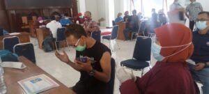 Seorang jurnalis yang berdoa terlebih dulu sebelum vaksinasi. (Foto: Rochim/Tugu Jatim)
