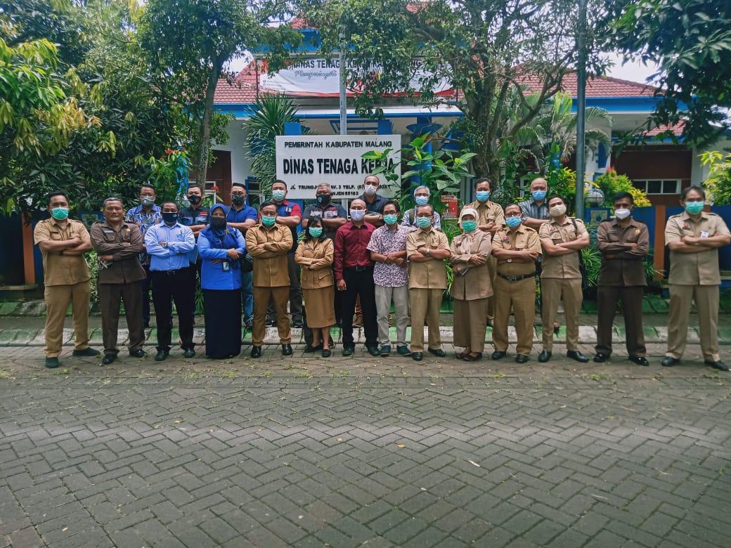 Kepala Disnaker Kabupaten Malang Drs Yoyok Wardoyo MM foto bersama setelah rakor soal sertifikasi cleaning service. (Foto: Rap/Tugu Jatim)