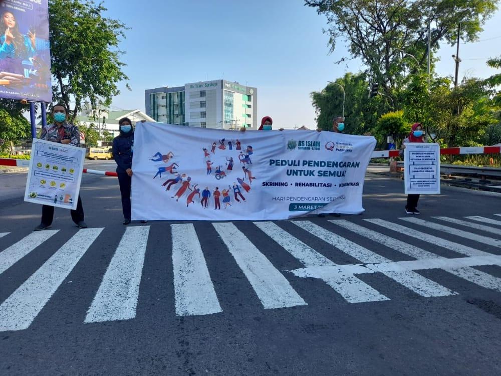 Tim promosi kesehatan rumah sakit (PKRS) di depan lampu lalu lintas Royal Plaza Mall Surabaya, Rabu (03/03/2021), pukul 07.30-08.00 WIB. (Foto: Rangga Aji/Tugu Jatim)