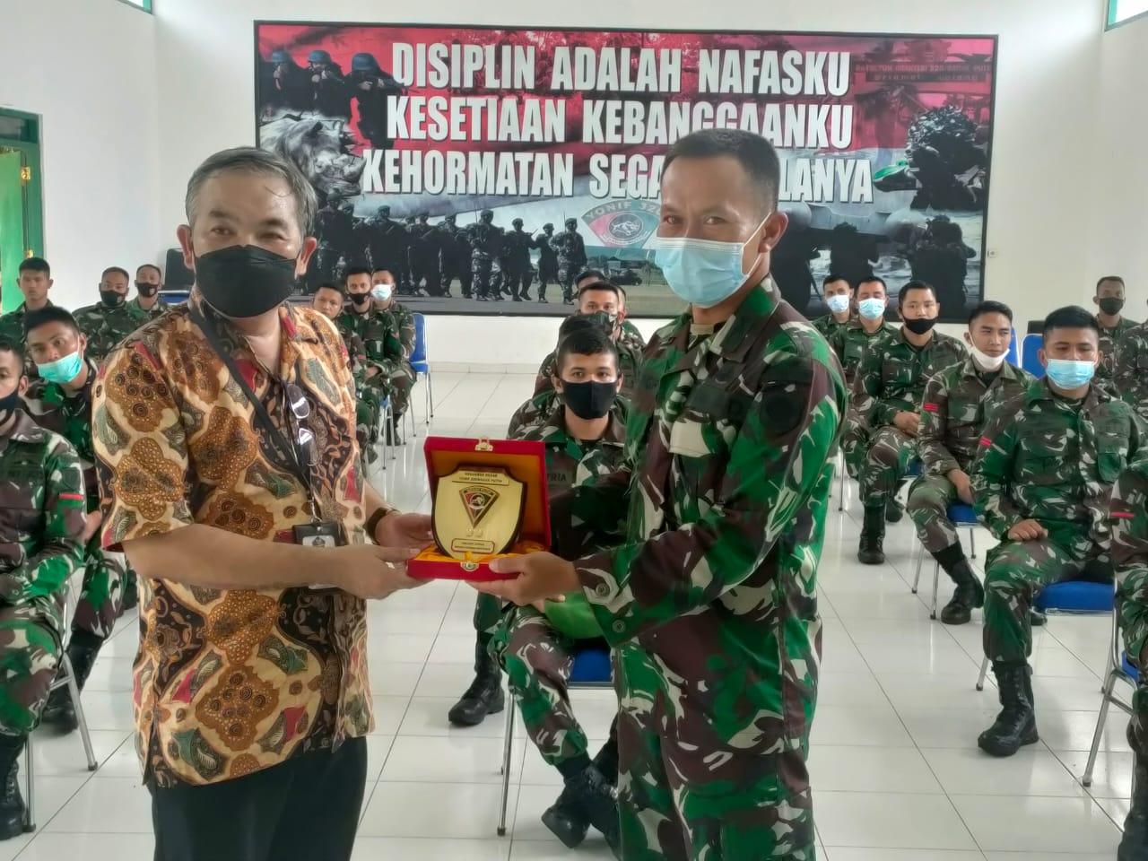 Danrem Brigjen TNI Gumuruh Winardjatmiko saat memberikan cenderamata kepada Pakar Komunikasi dan Motivator Nasional Dr Aqua Dwipayana di Serang. (Foto:Dok/Tugu Jatim)