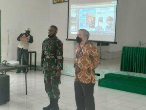Dr Aqua meminta Pratu Regius Sumaagi, prajurit dari Papua, untuk maju di tengah-tengah Sharing Komunikasi dan Motivasi. (Foto: Dok/Tugu Jatim)