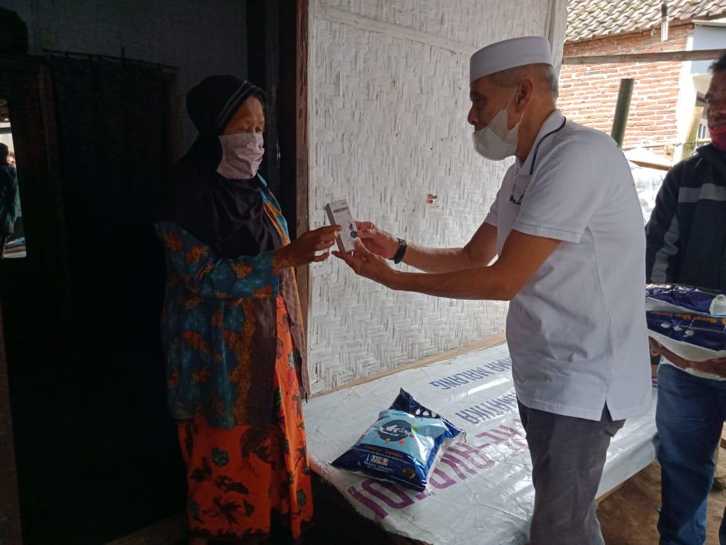 Direktur Utama PT AMA Ge Recta Geson saat memberikan suplemen kepada warga kurang mampu di tengah pandemi Covid-19. (Foto:Rap/Tugu Jatim)