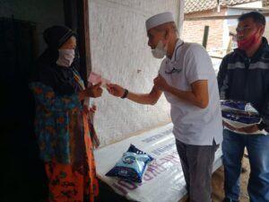 Selain suplemen, Direktur Utama PT AMA Ge Recta Geson juga memberikan beras dan uang kepada warga Pakisjajar, Kabupaten Malang. (Foto:Rap/Tugu Jatim)