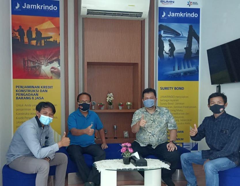 Tugu Media Group bersama Pemimpin Wilayah VI Jawa Timur Perum Jamkrindo Loesdarwanto pada Sabtu (06/03/2021). (Foto: Irham Thoriq/Tugu Media Group)