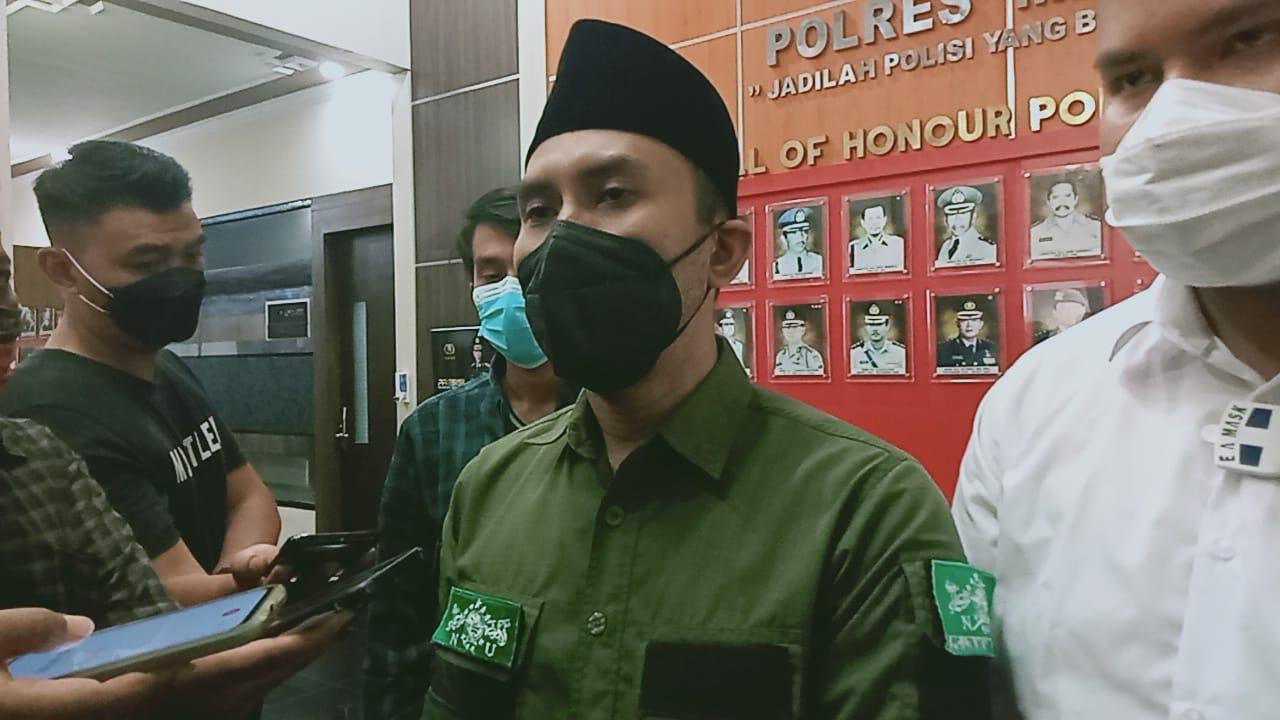 Sekretaris LTN NU PCNU Kabupaten Malang Zulham Mubarok saat melakukan pengaduan dan pelaporan di Mapolres Malang pada Senin (08/03/2021). (Foto:Rap/Tugu Jatim)