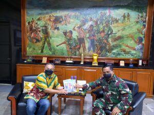 Dr Aqua Dwipayana Memotivasi Prajurit Yonif 315/Garuda dan Istrinya saat Akan Bertugas ke Papua
