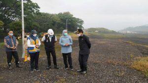 Gubernur Jatim Khofifah terus meninjau proses pengerjaan sanitary landfill bersama Wali Kota Malang Sutiaji. (Foto: Azmy/Tugu Jatim)