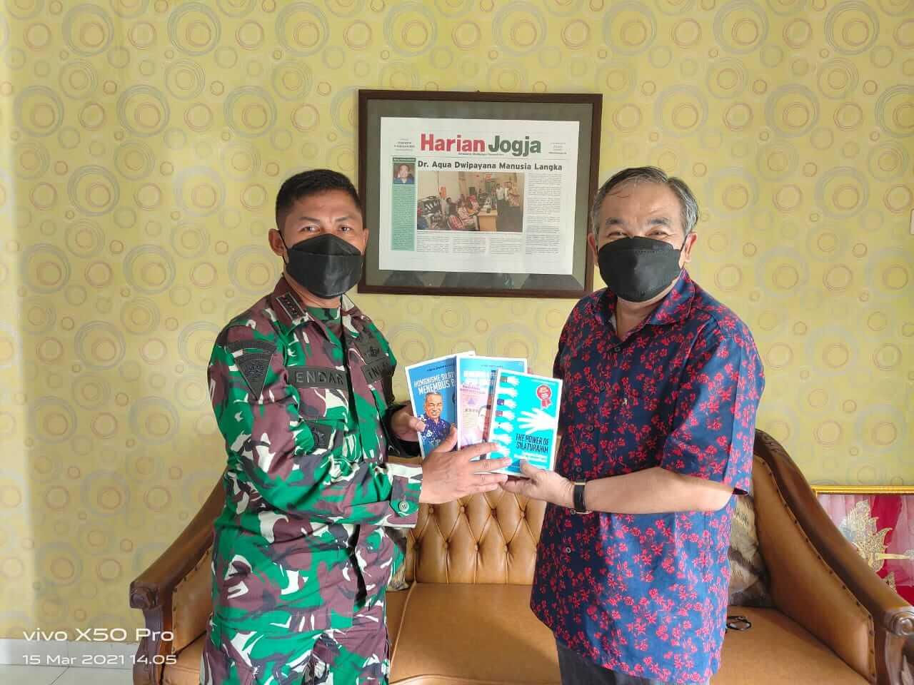 Pakar Komunikasi dan Motivator Nasional Dr Aqua Dwipayana memberikan buku trilogi karyanya kepada Kolonel Inf Endar Setyanto. (Foto: Dok/Tugu Jatim)