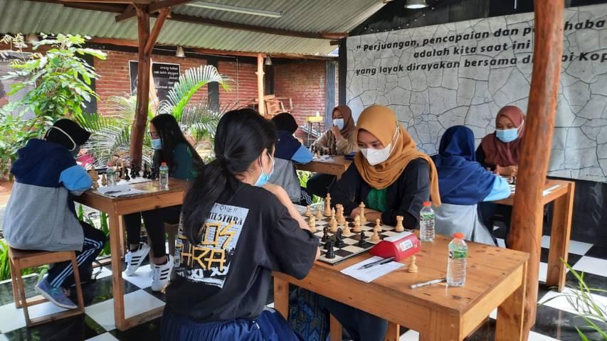 Sejumlah tim atlet Porprov Catur Kota Malang saat laga uji coba melawan tim catur PON Jawa Timur. (Foto: Percasi Kota Malang/Tugu Jatim)