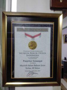 Majalah Panjebar Semangat mendapatkan penghargaan dari Muri sebagai majalah bahasa Jawa tertua. (Foto: Rangga Aji/Tugu Jatim)