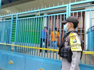 Petugas melakukan olah kejadian perkara di rumah korban pembunuhan. (Foto: Polres Malang/Tugu Jatim)
